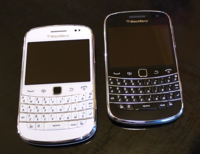 BlackBerry 9900 Bold белый