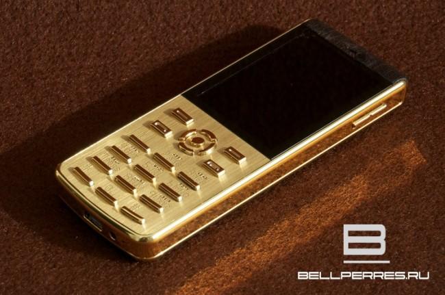 Золотого цвета телефон
