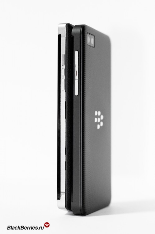 BlackBerry-P9982-vs-Z10-04