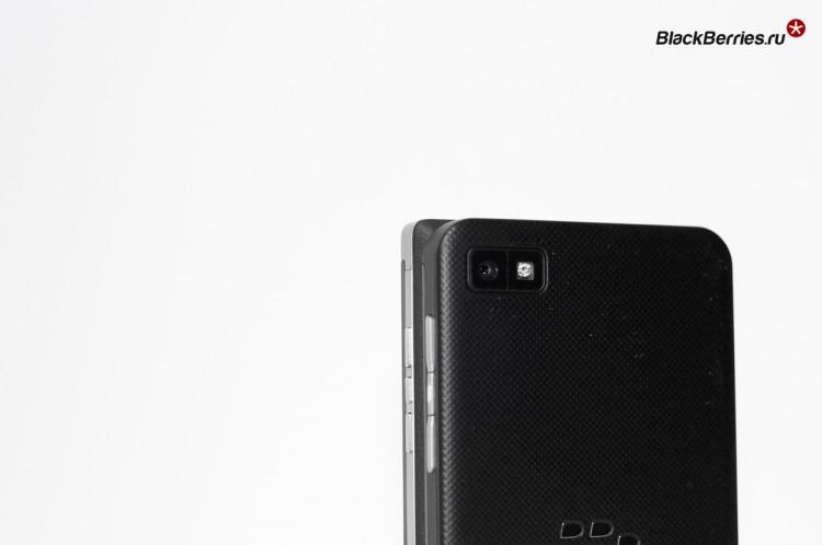 BlackBerry-P9982-vs-Z10-05