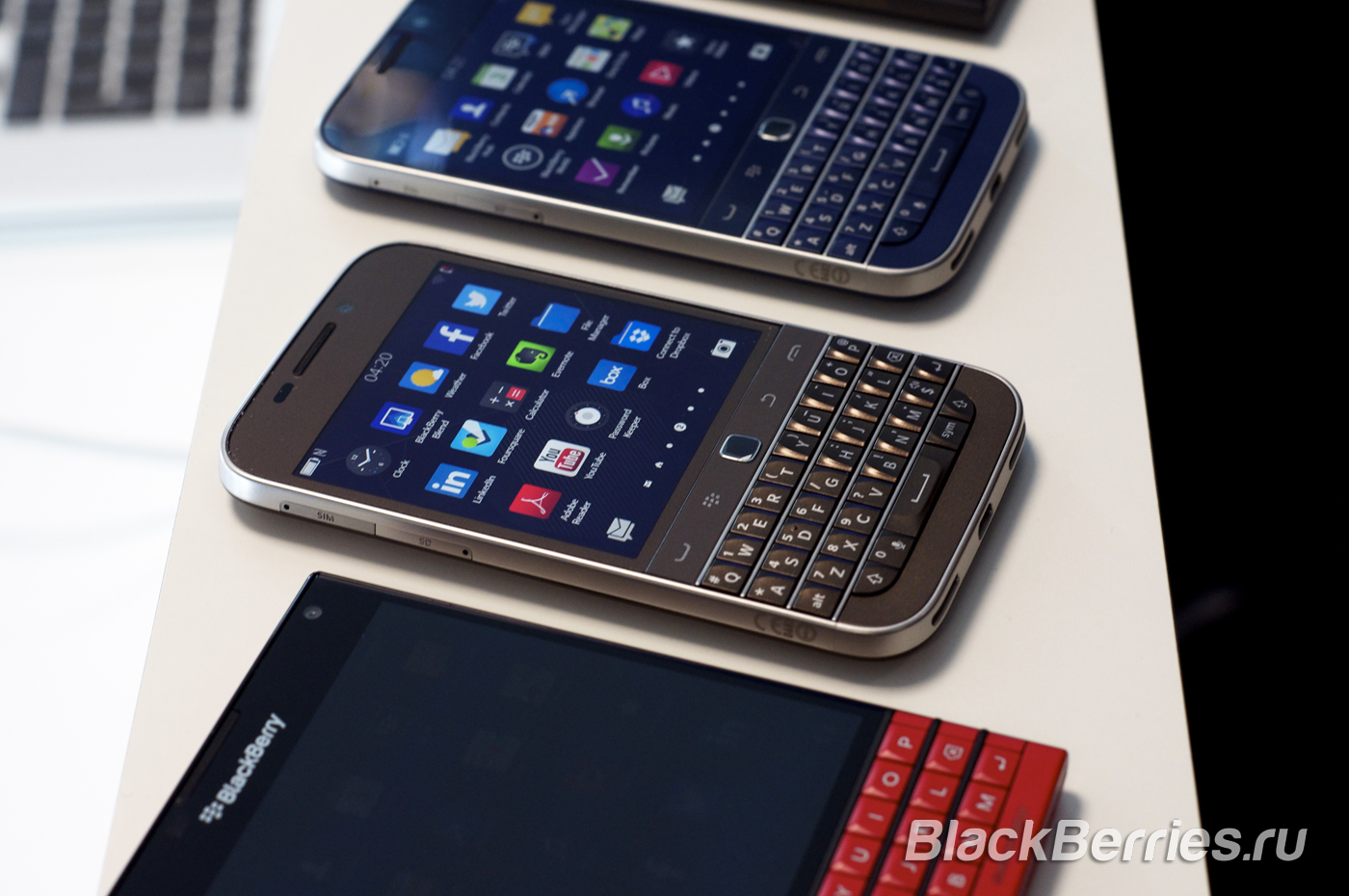 BlackBerry-Classic-White-Blue-Bronze-15