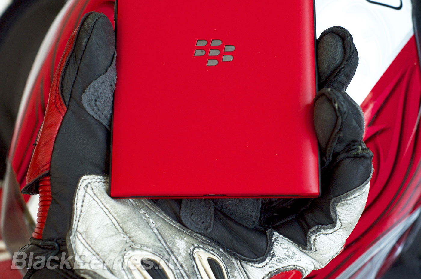 BlackBerry-Passport-Red-12