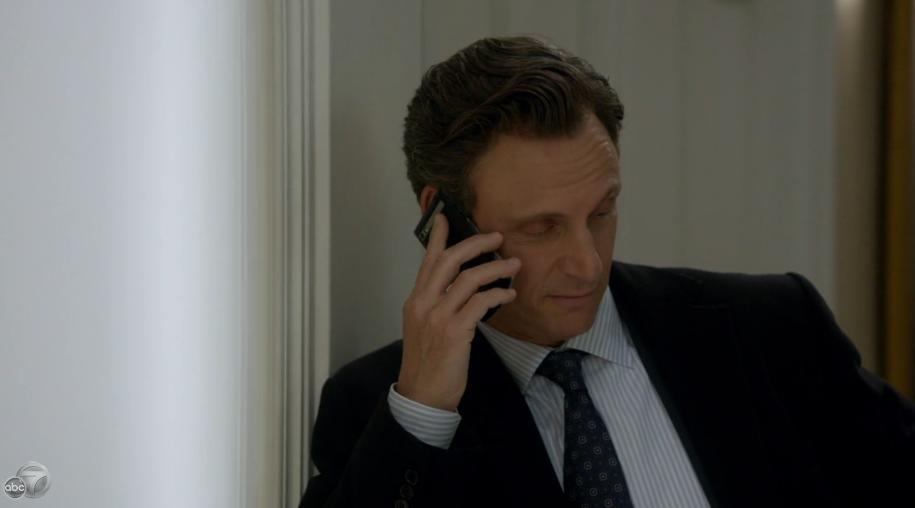 Актер Тони Голдвин, играющий президента США в сериале АВС Скандал использует BlackBerry Porsche Design.