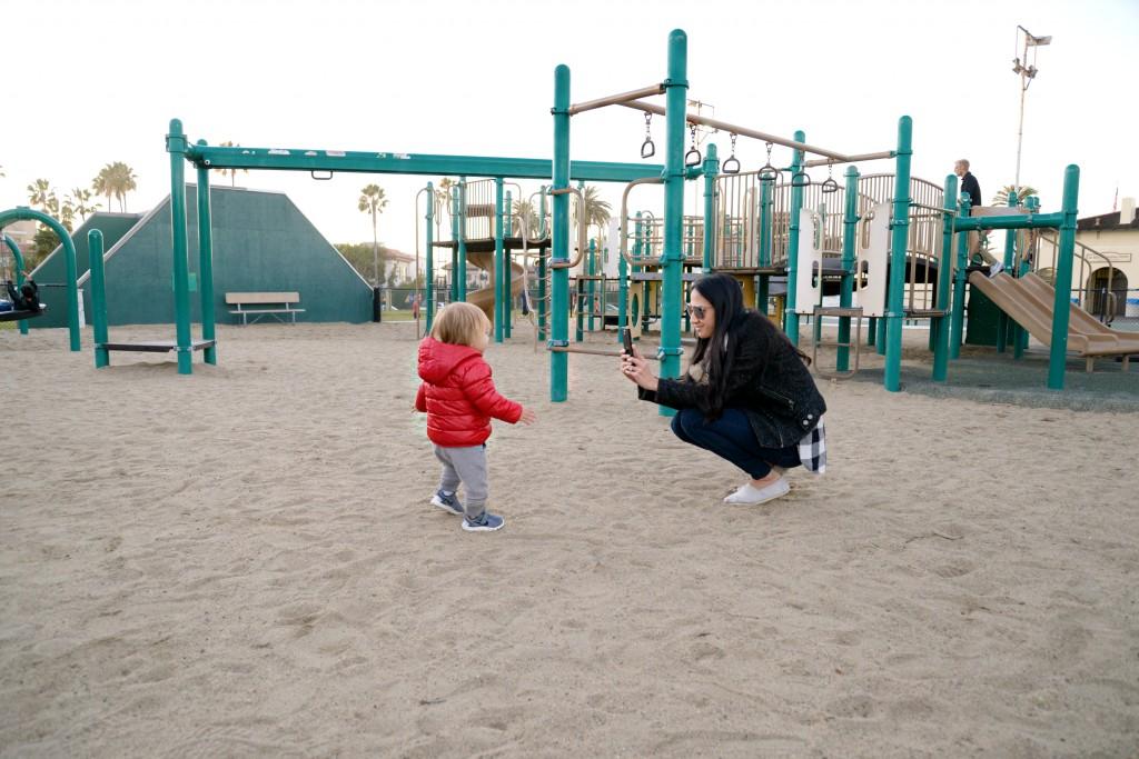 Lifestyle блоггер Hello Splendid играет с своим малышом, снимая его на PRIV