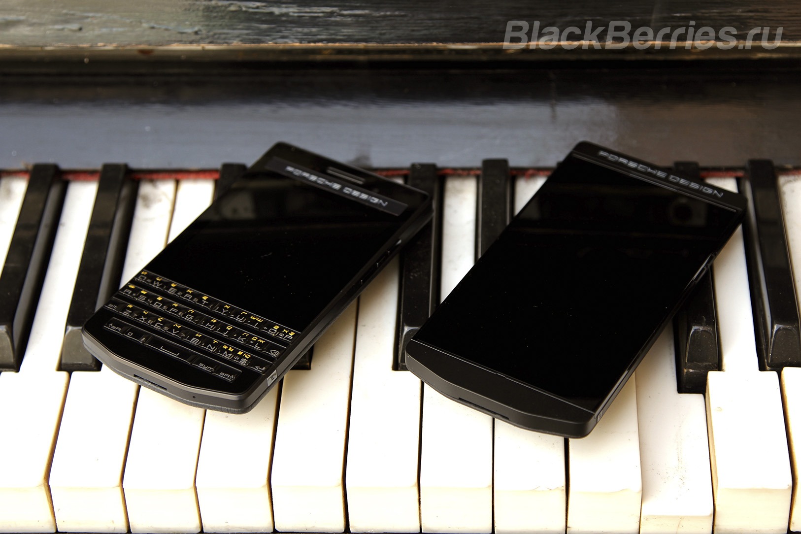 BlackBerry-Porsche-Design-P9983-P9982-Graphite-4